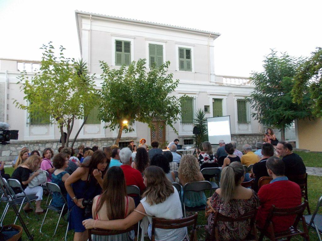 Στιγμιότυπο από την παρουσίαση στον φιλόξενο κήπο της Δημόσιας Βιβλιοθήκης Λευκάδας